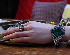 Designerin Eri Tomita trägt ein Armband aus ihrer aktuellen Kollektion SS13.
