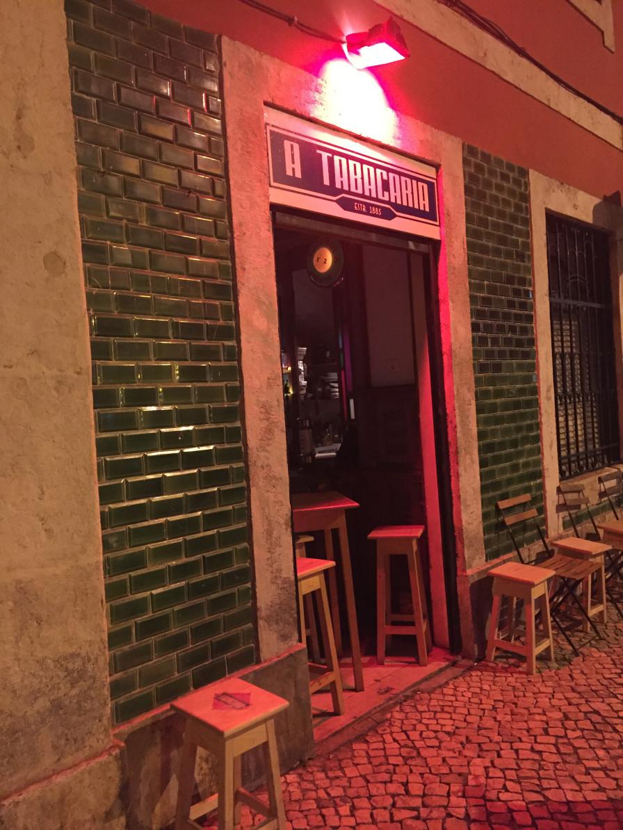 Von außen unscheinbar: die Tabacaria in Lissabon